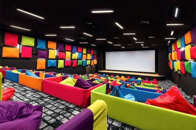 este-cine-es-lo-mas-colorido-que-veran-y-dan-ganas-de-ir-solamente-para-sentarse-05
