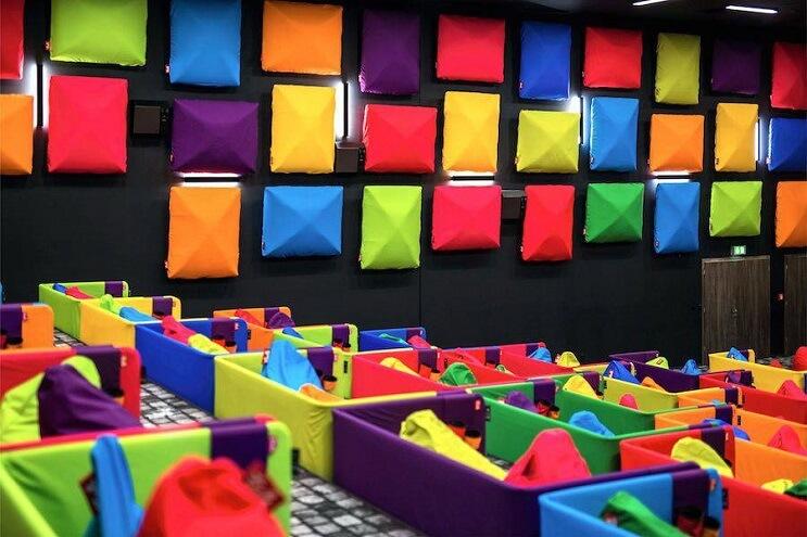 este-cine-es-lo-mas-colorido-que-veran-y-dan-ganas-de-ir-solamente-para-sentarse-06