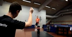 Este muchacho puede abrir una botella de Coca-Cola a punto de pelotazos de ping pong