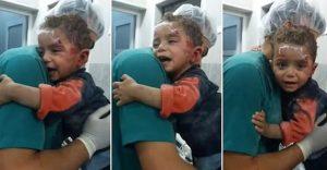 Este niño se aferra al enfermero que lo atendió y es otra víctima de las guerras que no tienen cuando acabar
