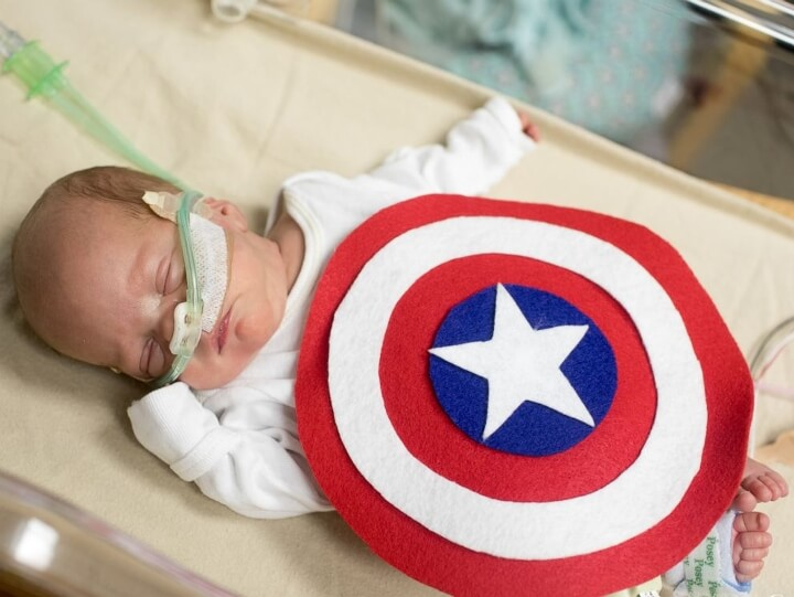 estos-bebes-prematuros-estan-recibiendo-estos-adorables-disfraces-de-halloween-capitan-america