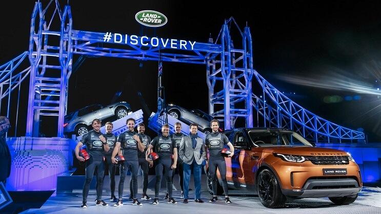 land-rover-rompe-un-record-mundial-con-este-singular-puente-de-lego-ayudantes