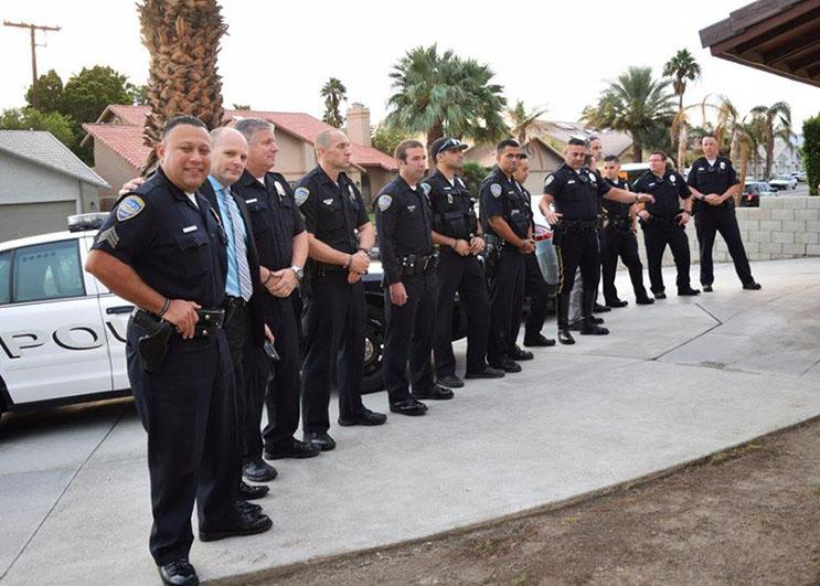 lo-que-estos-policias-hicieron-por-esta-nina-nos-muestra-la-esencia-del-companerismo-ante-una-defuncion-2