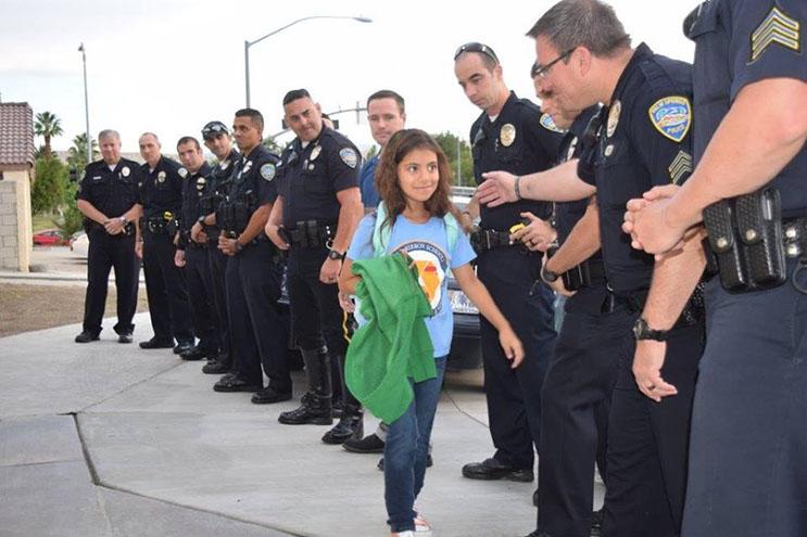 lo-que-estos-policias-hicieron-por-esta-nina-nos-muestra-la-esencia-del-companerismo-ante-una-defuncion-3