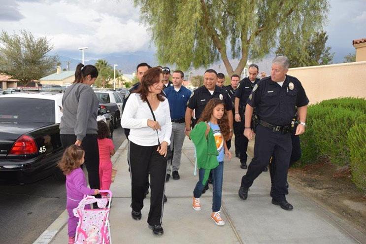 lo-que-estos-policias-hicieron-por-esta-nina-nos-muestra-la-esencia-del-companerismo-ante-una-defuncion-6