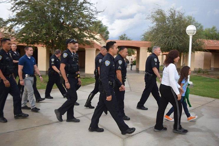 lo-que-estos-policias-hicieron-por-esta-nina-nos-muestra-la-esencia-del-companerismo-ante-una-defuncion-7