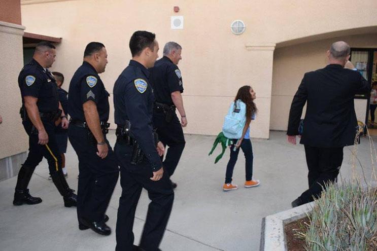 lo-que-estos-policias-hicieron-por-esta-nina-nos-muestra-la-esencia-del-companerismo-ante-una-defuncion-8