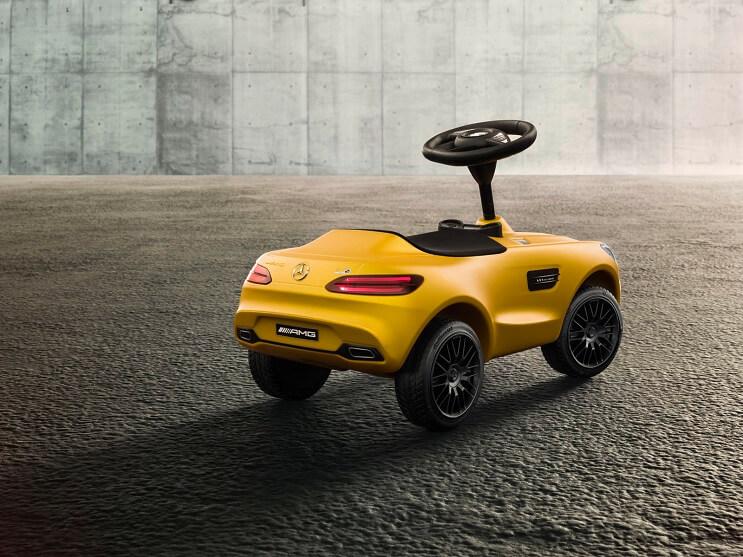 mercedes-benz-presenta-un-vehiculo-de-106-amarillo-maletera