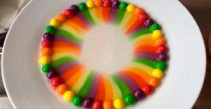 Mira qué sucede cuando pones los Skittles en agua caliente