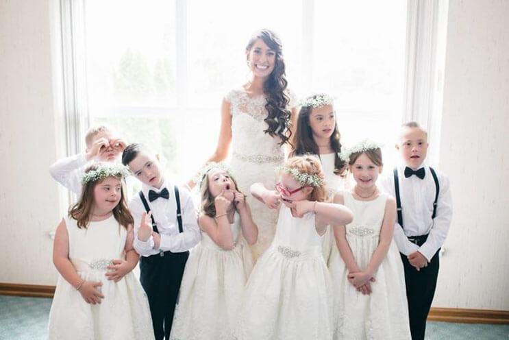 profesora-de-alumnos-con-sindrome-de-down-hace-con-ellos-los-pajes-mas-adorables-para-su-boda-1
