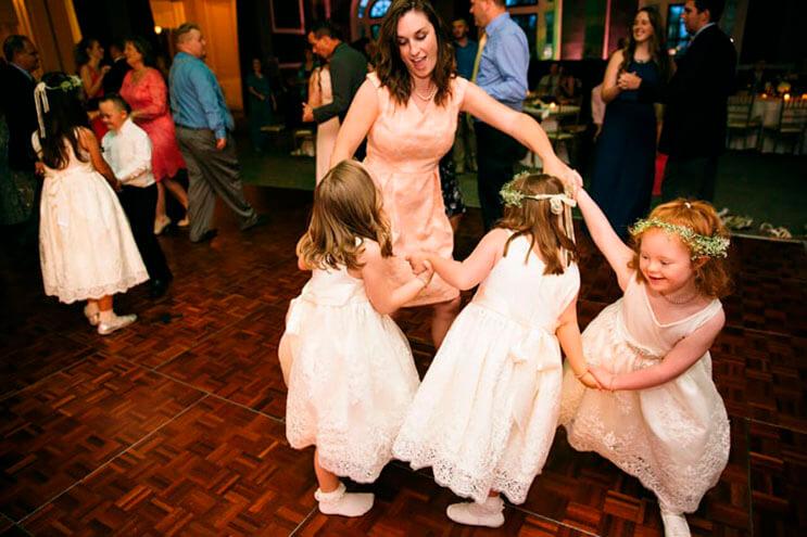 profesora-de-alumnos-con-sindrome-de-down-hace-con-ellos-los-pajes-mas-adorables-para-su-boda-6
