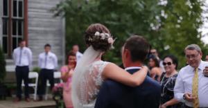 Su novia tuvo un accidente y quedó parapléjica 1 mes antes de su boda. Ahora, él la cargó hasta el altar