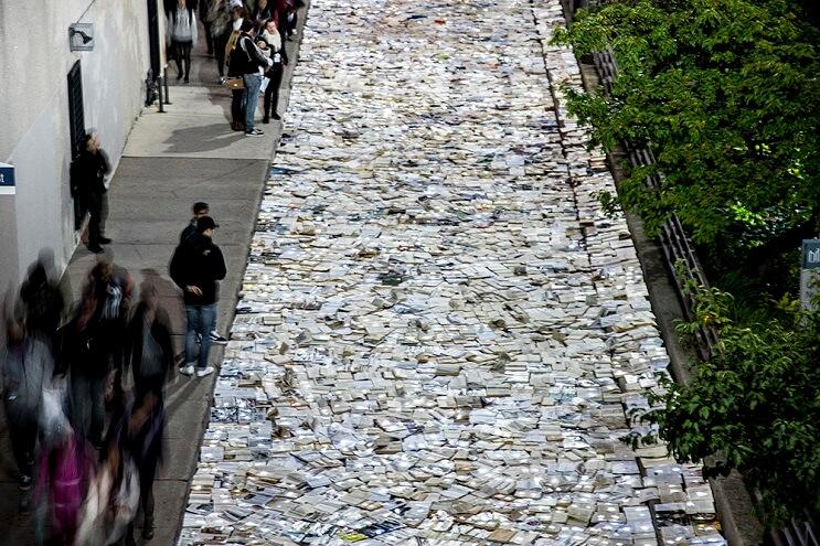 una-calle-en-canada-cubierta-con-10000-libros-para-los-amantes-de-la-lectura-01