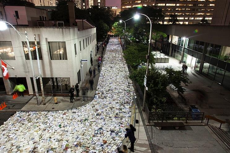 una-calle-en-canada-cubierta-con-10000-libros-para-los-amantes-de-la-lectura-03