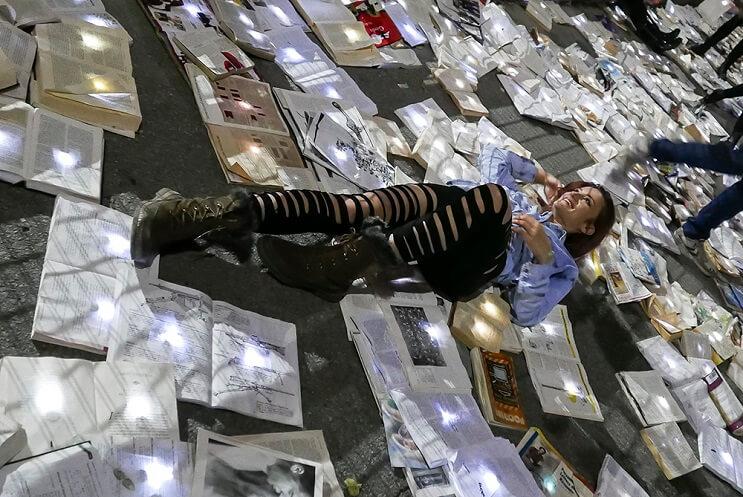 una-calle-en-canada-cubierta-con-10000-libros-para-los-amantes-de-la-lectura-04