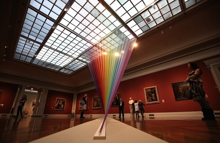 artista-crea-un-arcoiris-que-juega-con-hilo-y-la-luz-del-sol-02