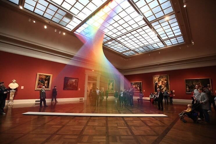 artista-crea-un-arcoiris-que-juega-con-hilo-y-la-luz-del-sol-03