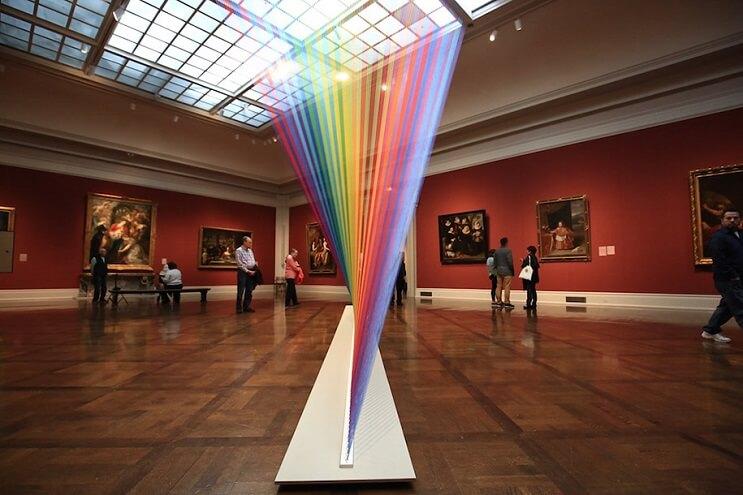 artista-crea-un-arcoiris-que-juega-con-hilo-y-la-luz-del-sol-05