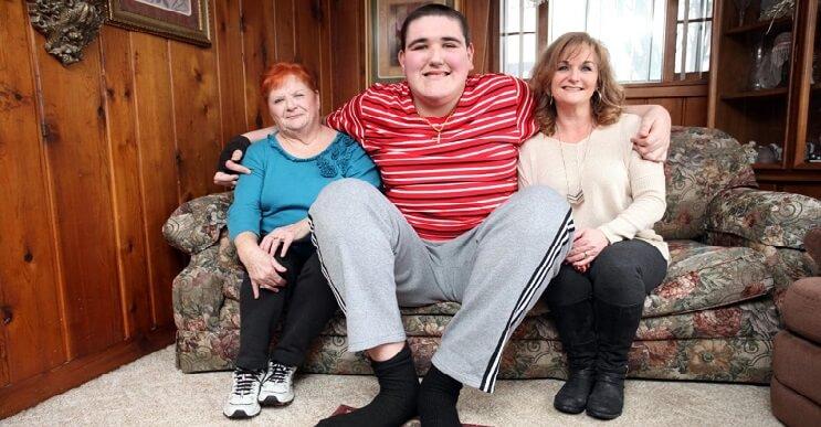Conoce al adolescente más alto del mundo y la pesadilla que esto significa para él