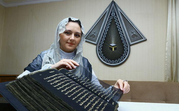esta-artista-reescribio-el-coran-con-oro-tejiendolo-a-mano-durante-tres-anos-artista