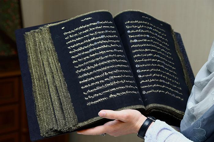 esta-artista-reescribio-el-coran-con-oro-tejiendolo-a-mano-durante-tres-anos-libro