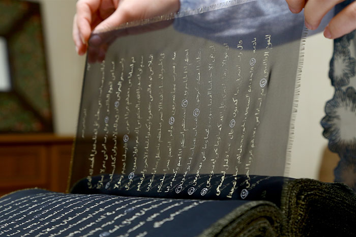 esta-artista-reescribio-el-coran-con-oro-tejiendolo-a-mano-durante-tres-anos-mahoma