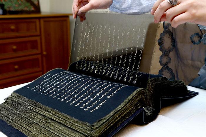esta-artista-reescribio-el-coran-con-oro-tejiendolo-a-mano-durante-tres-anos-seda