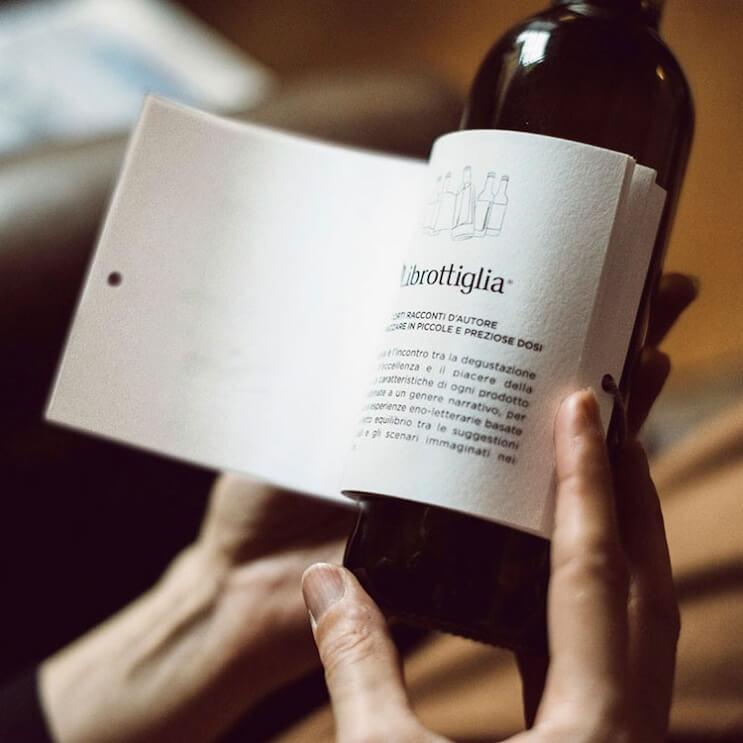 esta-botella-de-vino-trae-historias-en-su-etiqueta-para-acompanar-ese-momento-con-lectura-05