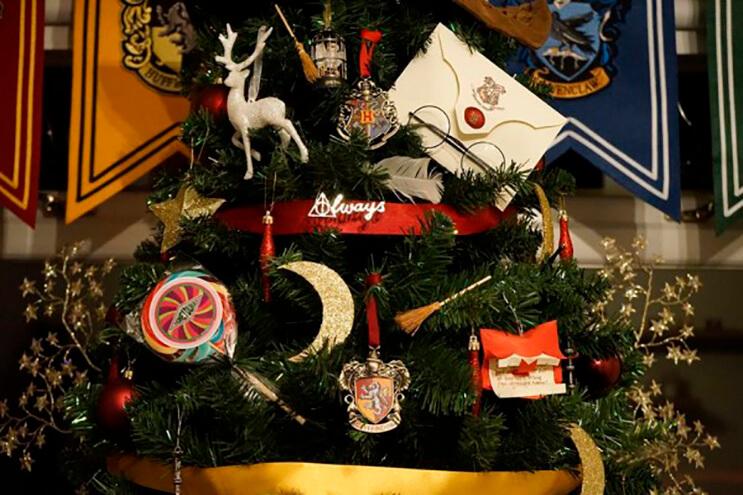 este-arbol-de-harry-potter-le-da-verdadera-magia-a-la-navidad-3