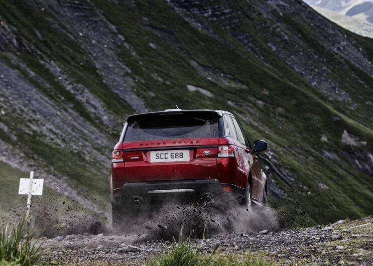land-rover-hizo-una-hazana-en-los-alpes-que-no-creeras-maletera