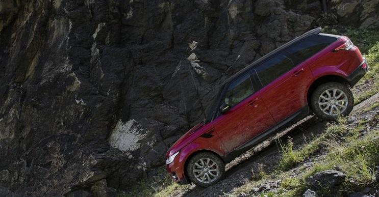 Land Rover hizo una gran hazaña en Los Alpes con el conductor más temerario que hay: The Stig