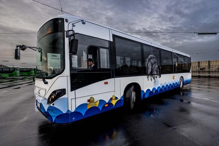 autobuses-convertidos-en-originales-muestras-de-arte-andante-ardilla-02