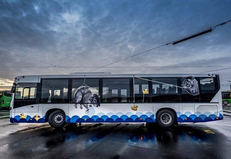 autobuses-convertidos-en-originales-muestras-de-arte-andante-ardilla