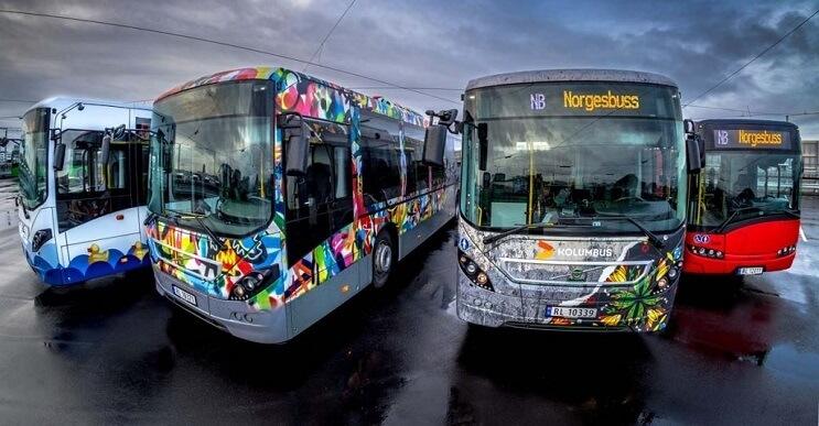 Autobuses convertidos en originales muestras de arte andante