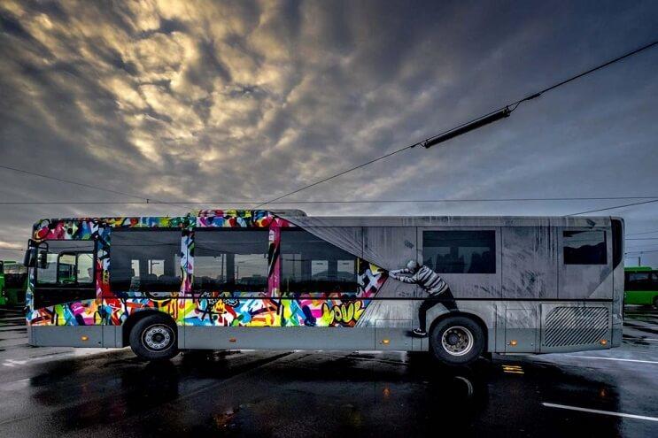 autobuses-convertidos-en-originales-muestras-de-arte-andante-gris