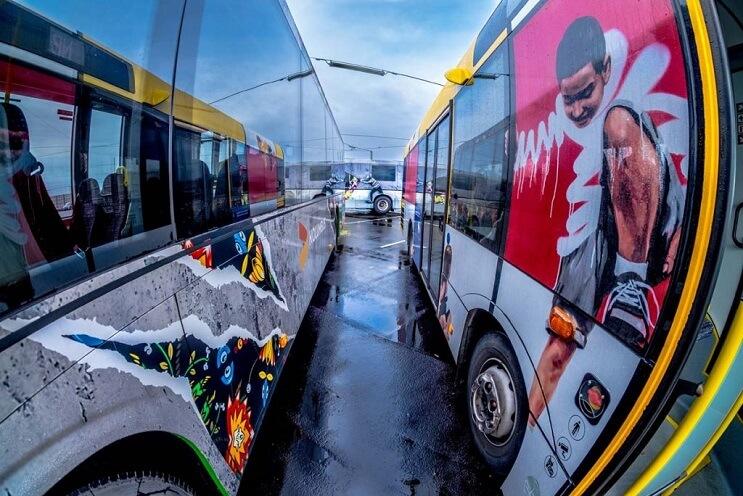 autobuses-convertidos-en-originales-muestras-de-arte-andante-instalacion