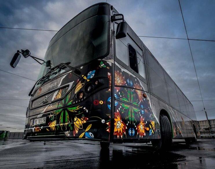 autobuses-convertidos-en-originales-muestras-de-arte-andante-negro