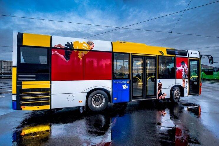 autobuses-convertidos-en-originales-muestras-de-arte-andante-nino