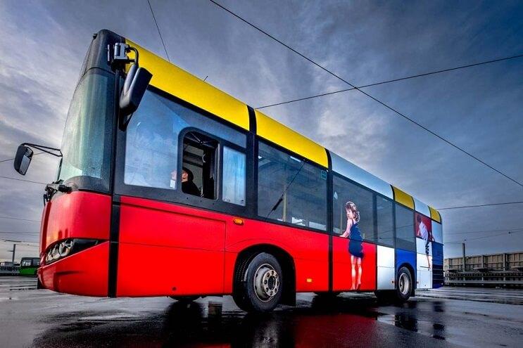 autobuses-convertidos-en-originales-muestras-de-arte-andante-rojo