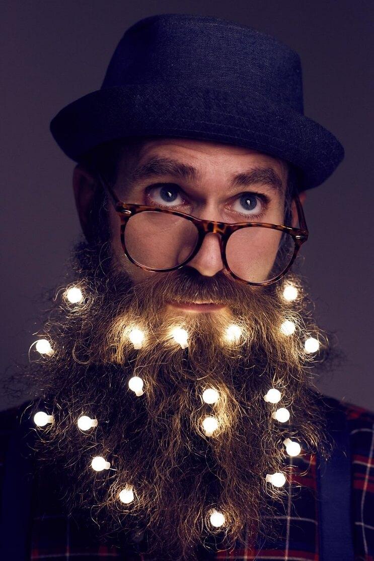 barbas-convertidas-en-arboles-de-navidad-luces