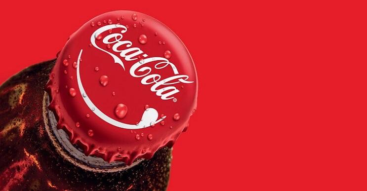 Botellas de Coca-Cola con mensajes personalizados en sus tapas