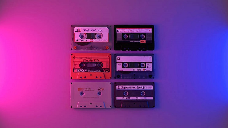 coloridas-instalaciones-que-nos-llevan-al-pasado-casette
