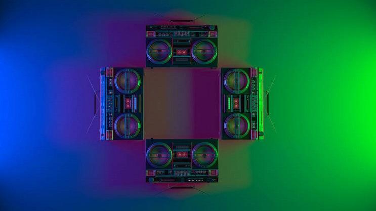coloridas-instalaciones-que-nos-llevan-al-pasado-radio