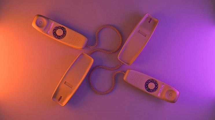 coloridas-instalaciones-que-nos-llevan-al-pasado-telefono