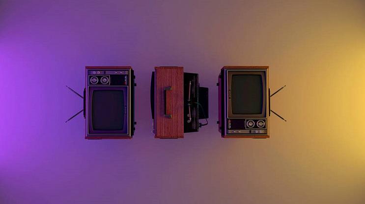coloridas-instalaciones-que-nos-llevan-al-pasado-television