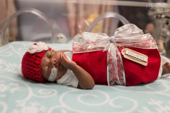 estos-bebes-prematuros-son-envueltos-como-regalos-de-navidad-para-mantenerlos-calientes-rojo