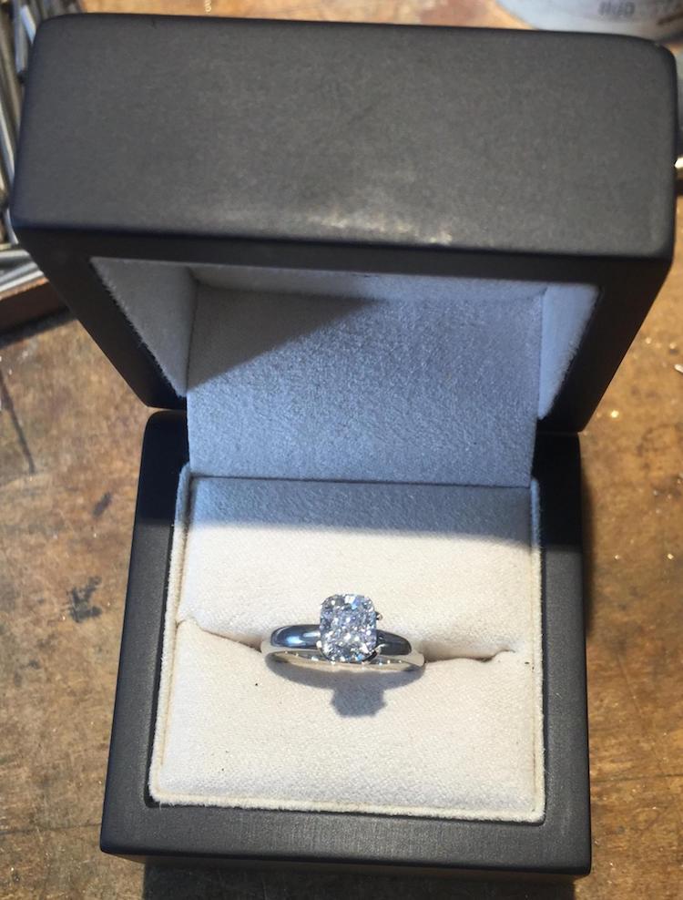 un-novio-creo-este-libro-lleno-de-acertijos-para-hacer-la-propuesta-mas-original-que-existe-anillo
