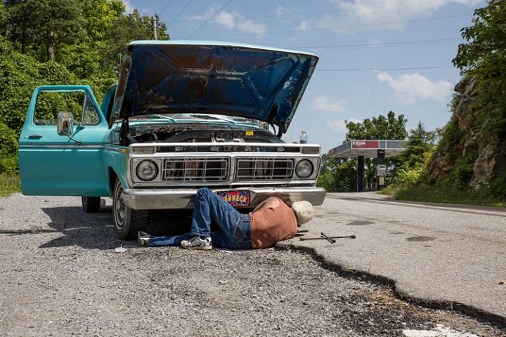 hombre debajo de un auto