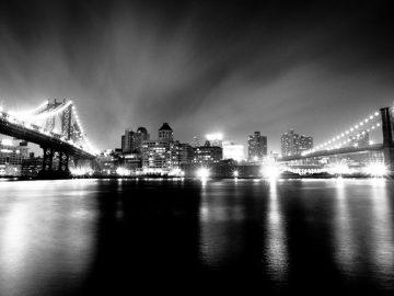 Foto a blanco y negro de noche