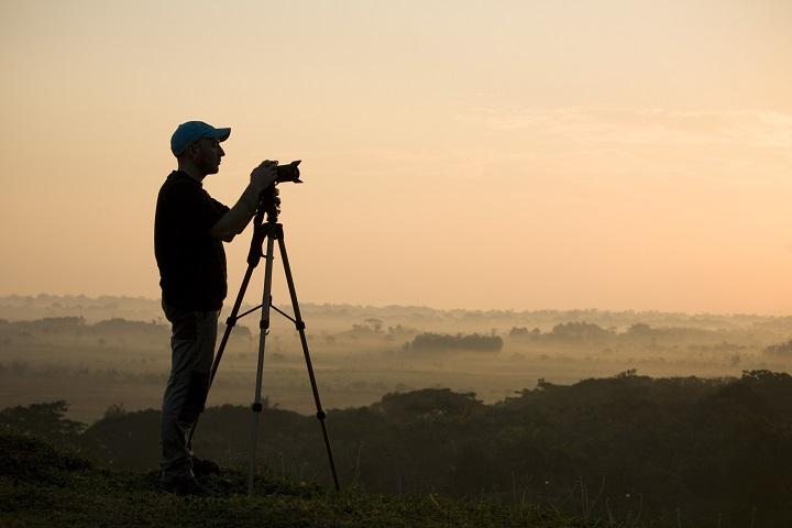 tomando fotos en una montaña